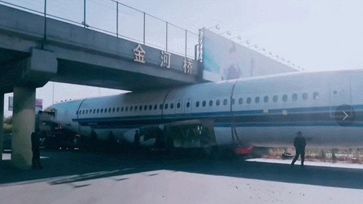 活久见!昨天有飞机被卡在高架桥下!