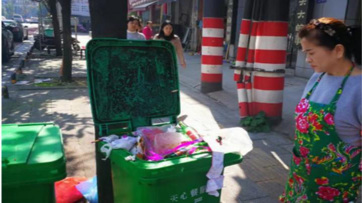自家垃圾倒入邻家餐厨垃圾桶中  当事人被天心城管处罚