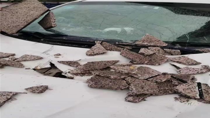 外墙脱落七台车被砸,车主遭遇索赔难题
