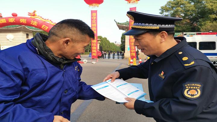 """长沙市城管执法支队举行""""国家宪法日""""宣传活动"""