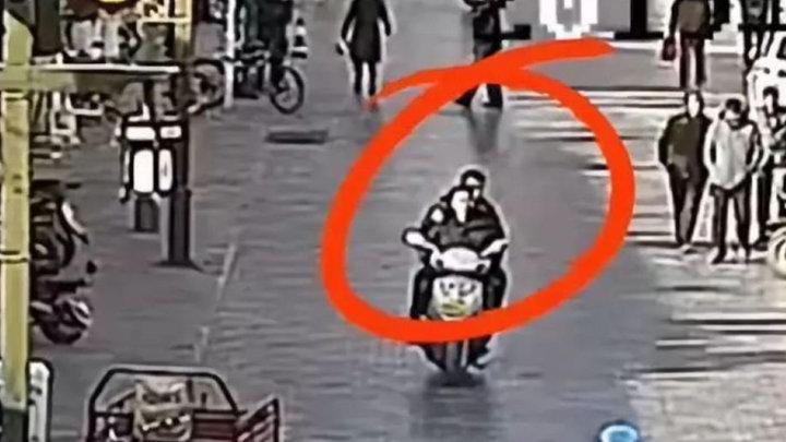 """""""热心市民""""骑摩托载警察帮忙抓人 结果却意想不到"""