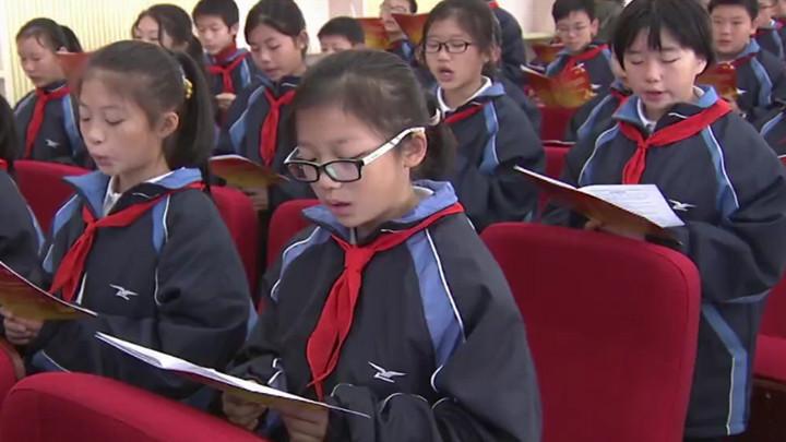 中学生齐读宪法,从小培养法律意识