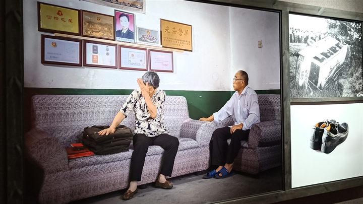 长沙因公牺牲、伤残公安民警纪实摄影展开展,胡衡华许显辉出席