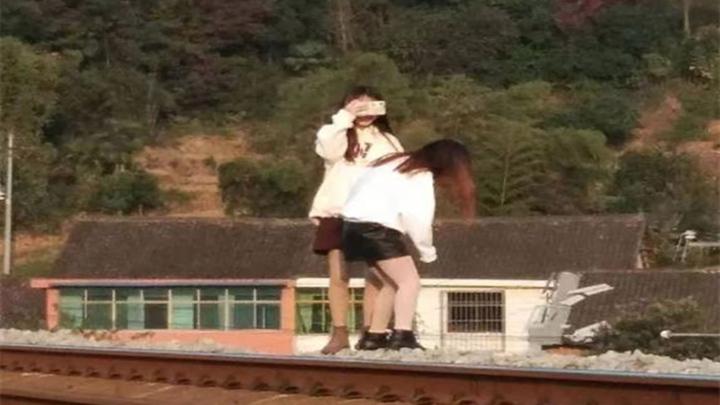 湖南两名网红为涨粉在铁轨上拍视频,险遭火车撞上