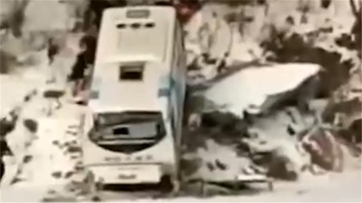 吉林通化一客车坠落江边:载39人,已致4死多伤